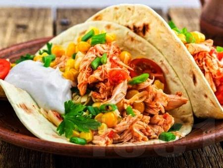 Пилешки такос / тортила питки с чушки, домати и сирене чедър - снимка на рецептата